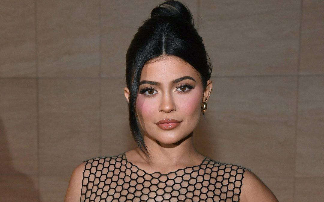 Kylie Jenner celebra sus 24 años con bikini dorado y 'body paint'