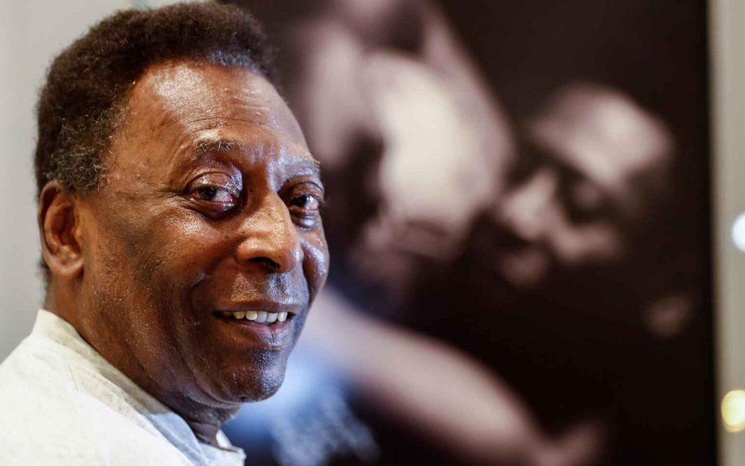 Pelé luce sonriente en sesión de fisioterapia desde el hospital