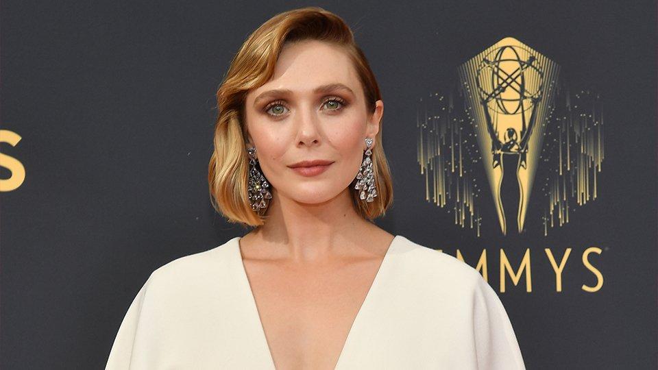 Elizabeth Olsen usa vestido diseñado por sus hermanas en premios Emmy